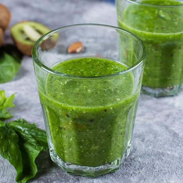 Close up de dois glases com smoothie verde blended Foto Premium