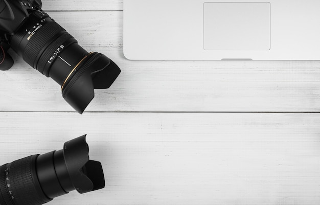 Close-up, de, dois, lente câmera, com, laptop, branco, tabela madeira Foto gratuita