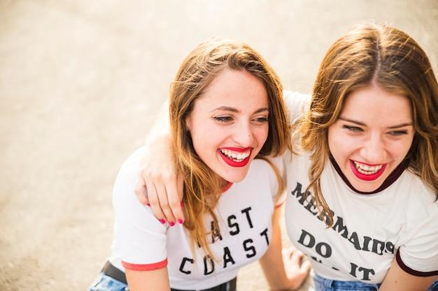 Close-up, de, dois, sorrindo, femininas, amigos Foto gratuita