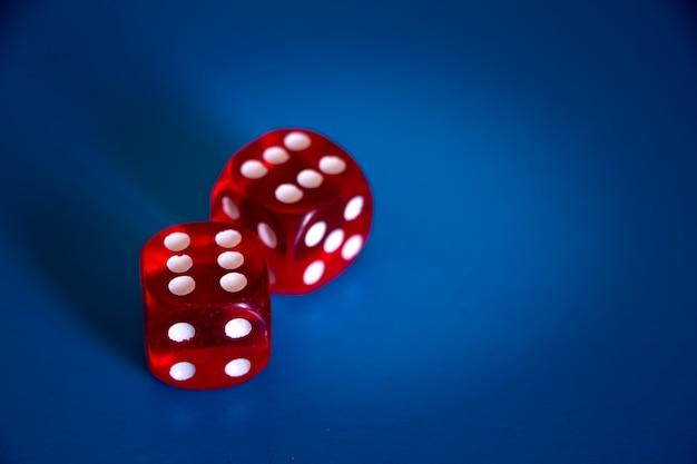 Close-up, de, dois, vermelho, dices, com, sixes, cima, ligado, um, experiência azul Foto Premium