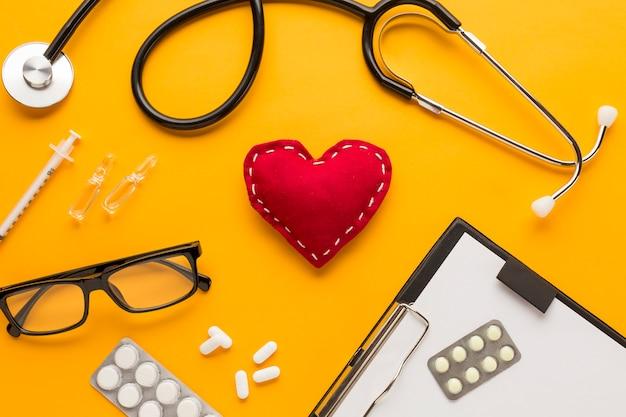 Close-up, de, doutor, escrivaninha, com, óculos, sobre, amarela, tabela Foto gratuita