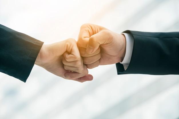 Close-up, de, duas mãos, ar, colidir, junto, em, turvado, fundo Foto gratuita