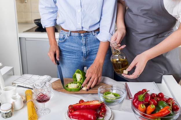Close-up, de, duas mulheres, preparar, alimento, a, alimento, junto, em, a, cozinha Foto gratuita