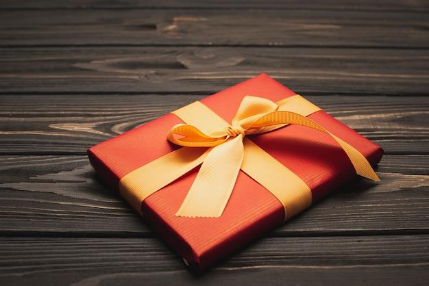 Close-up de elegante presente de natal amarrado com fita dourada Foto gratuita