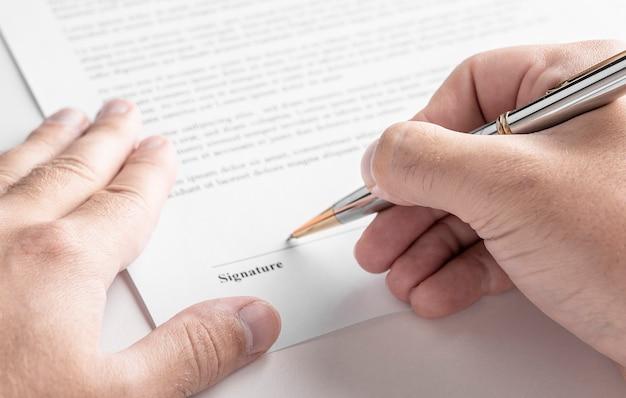 Close-up de empresário assinando contrato Foto Premium