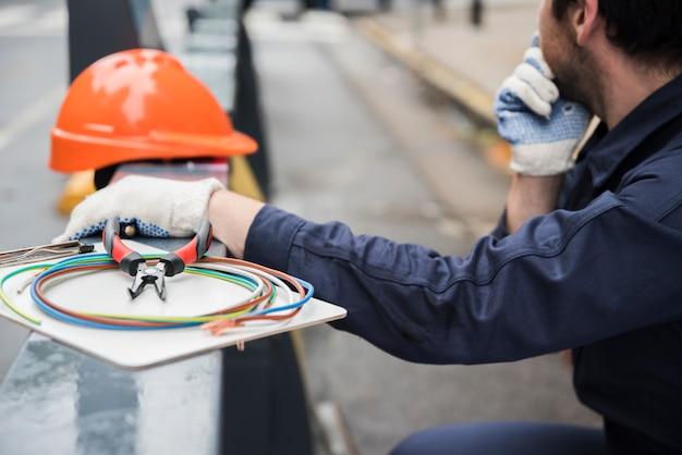 Close-up, de, equipamento elétrico, e, eletricista, ligado, rua Foto gratuita