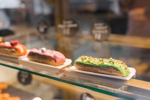 Close-up, de, fatia doce, bolo, em, um, gabinete vidro Foto gratuita