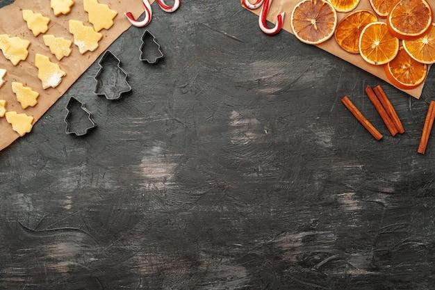 Close-up de fazer processo de biscoitos de gengibre de natal de férias Foto Premium