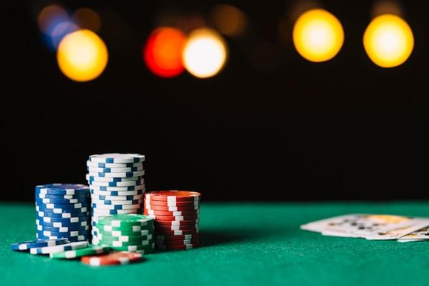 Close-up de fichas de poker na superfície verde Foto gratuita