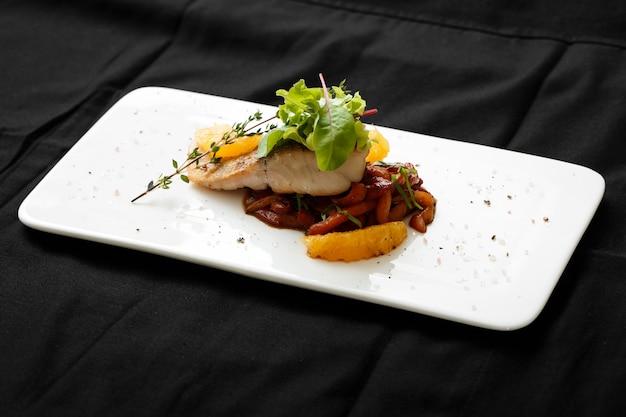 Close-up de filé de peixe branco com ensopado de legumes Foto Premium