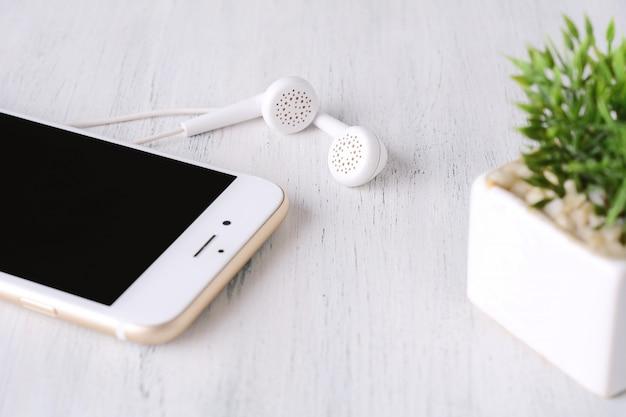 Close-up, de, fone ouvido, ligado, telefone moderno Foto Premium