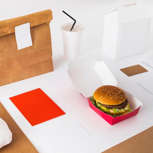 Close-up, de, fresco, hambúrguer, com, copo disposição, e, alimento, pacote Foto gratuita