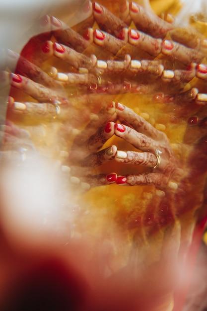 Close-up, de, hindu, noiva, mãos, coberto, com, henna, tatuagens Foto gratuita
