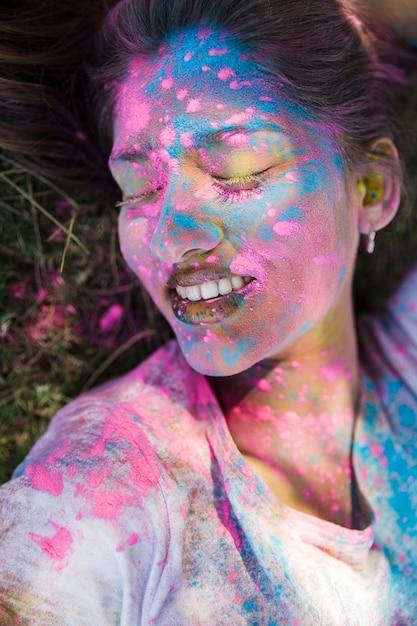 Close-up, de, holi, cor, ligado, woman's, rosto Foto gratuita