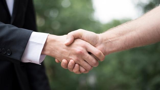 Close-up, de, homem, apertar mão Foto gratuita