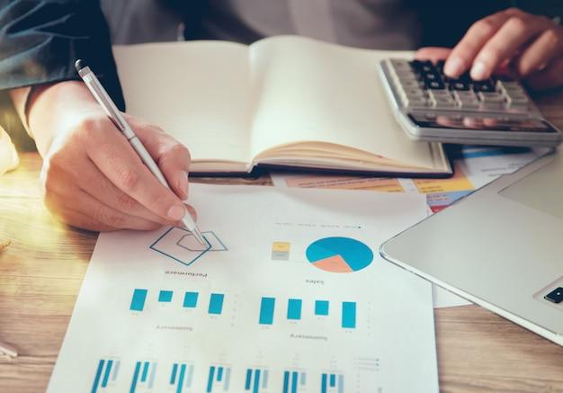 Close-up, de, homem negócio, mãos, olhar, relatório financeiro, documento Foto Premium