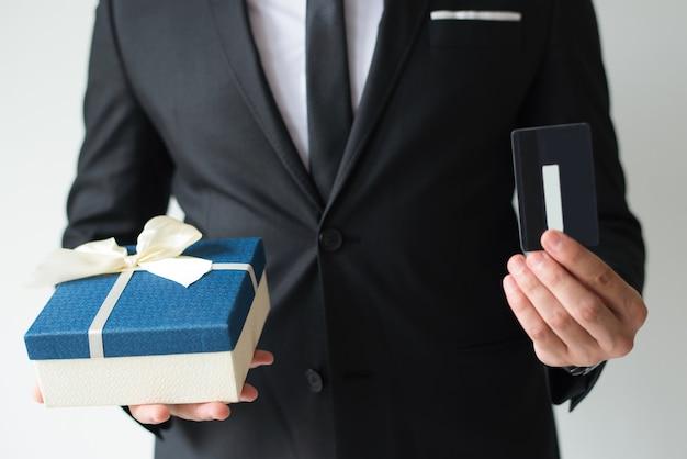Close-up, de, homem negócios, comprando, presente natal, usando, cartão crédito Foto gratuita
