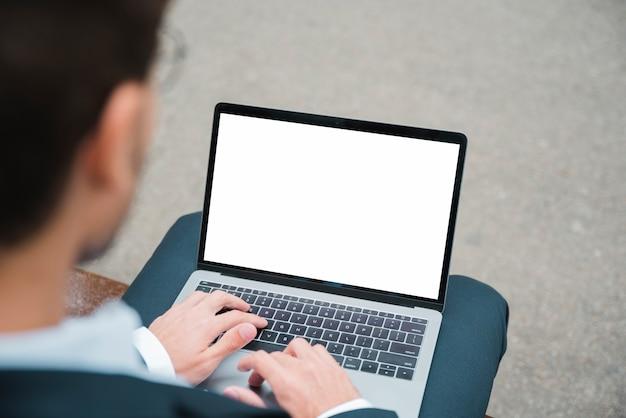 Close-up, de, homem negócios, digitando, ligado, laptop Foto gratuita