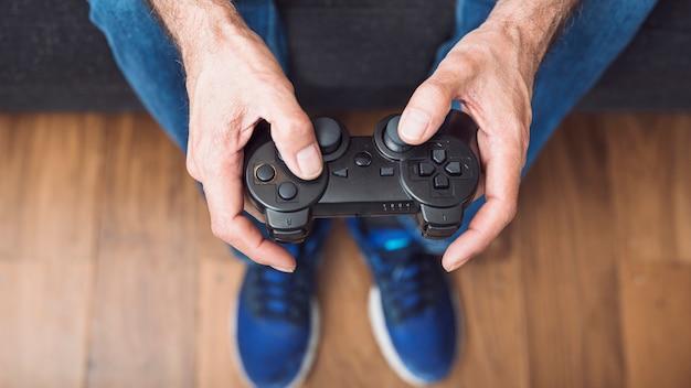 Close-up, de, homem sênior, mão segura, videogame jogo console Foto gratuita