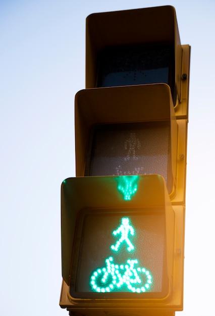 Close-up, de, homem verde, vá, pedestre, e, ciclo, semáforo, sinal Foto gratuita
