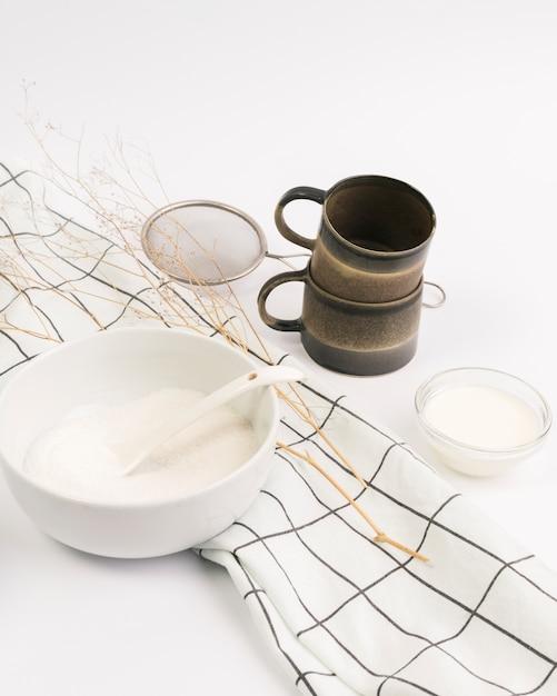 Close-up, de, ingrediente, e, utensílio cozinha, contra, fundo branco Foto gratuita