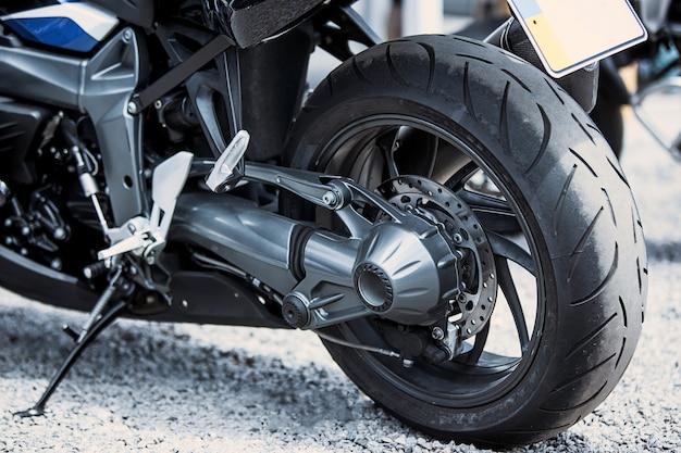 Close-up de itens de luxo da motocicleta: faróis, amortecedor, roda, asa, tonificação. Foto gratuita