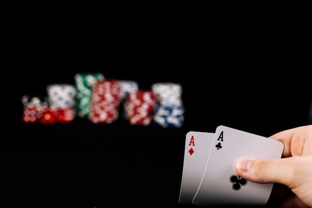 Close-up, de, jogador, passe segurar, dois, ases, cartas de jogar Foto gratuita