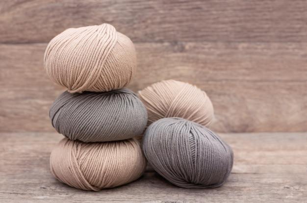 Close-up de lã de tricô em fundo de madeira Foto gratuita