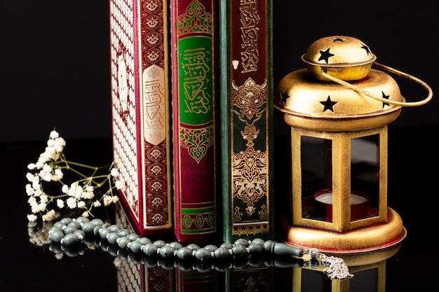 Close-up de livros do islã na mesa Foto gratuita