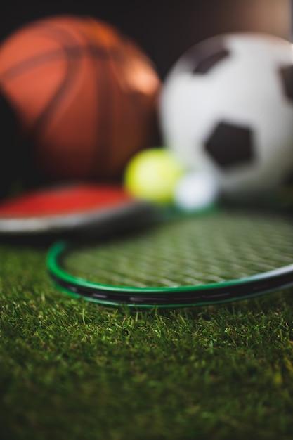 Close-up de luvas de boxe e bolas de golfe e tênis de futebol de basquete Foto Premium