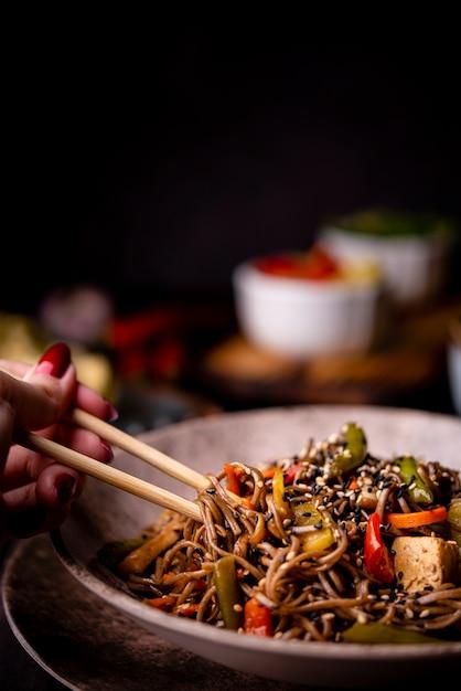 Close-up de macarrão na tigela com legumes Foto gratuita