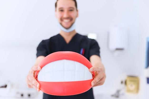 Close-up, de, macho, odontólogo, mostrando, dentes, modelo, frente, câmera Foto Premium