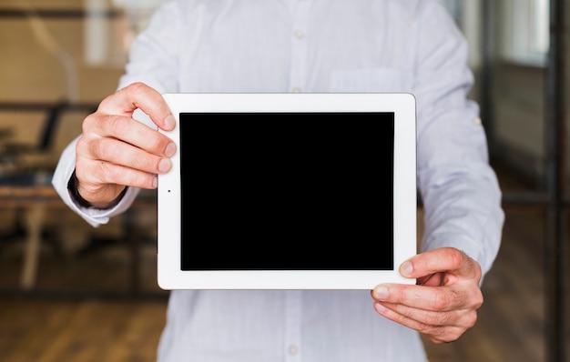 Close-up, de, mão homem, mostrando, tablete digital Foto gratuita