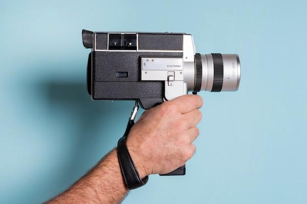Close-up, de, mão homem, segurando, contra, experiência azul Foto gratuita