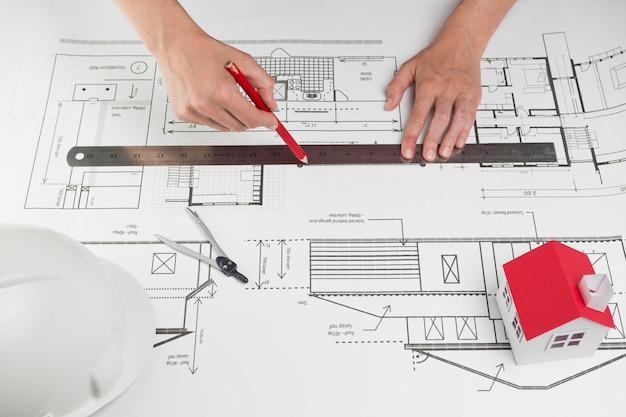 Close-up, de, mão humana, linha desenho, ligado, blueprint Foto gratuita