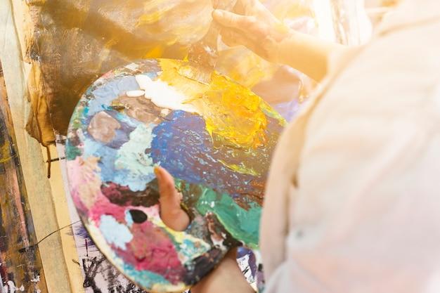 Close-up, de, mão humana, segurando, messy, paleta Foto gratuita