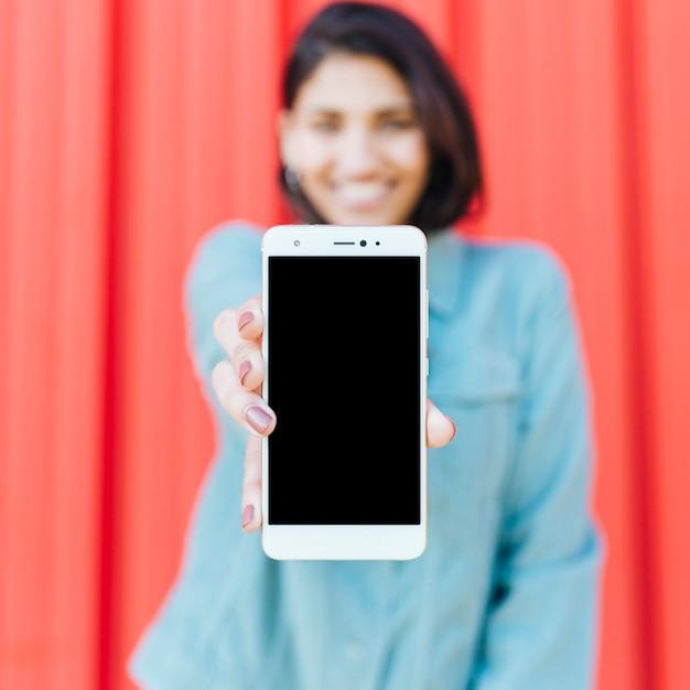 Close-up, de, mão humana, segurando, móvel, em branco, tela Foto gratuita