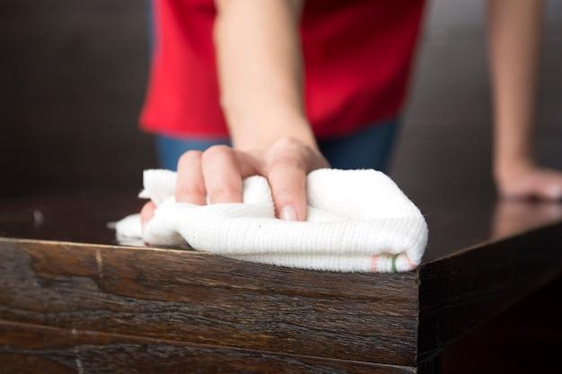 Close-up, de, mão, limpando tabela madeira, com, branca, guardanapo Foto gratuita