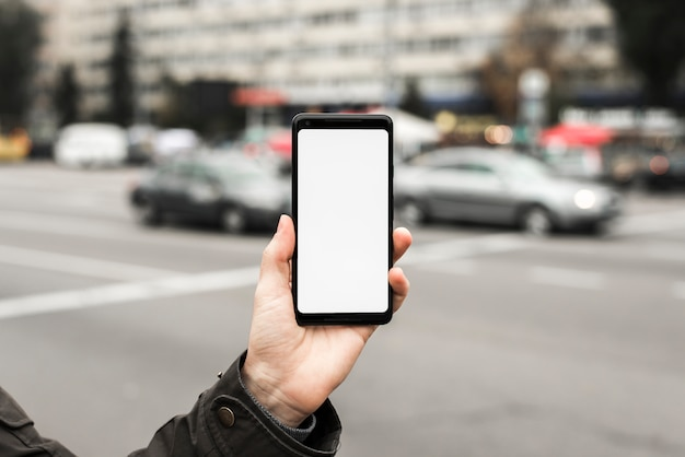 Close-up, de, mão, mostrando, exposição, de, esperto, telefone, ligado, estrada Foto gratuita