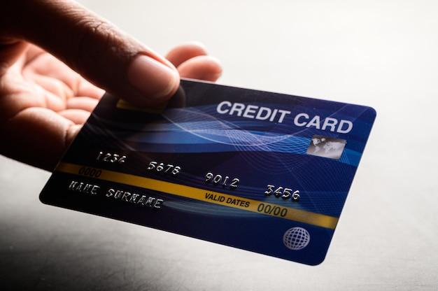 Close-up de mão segurando o cartão de crédito Foto gratuita