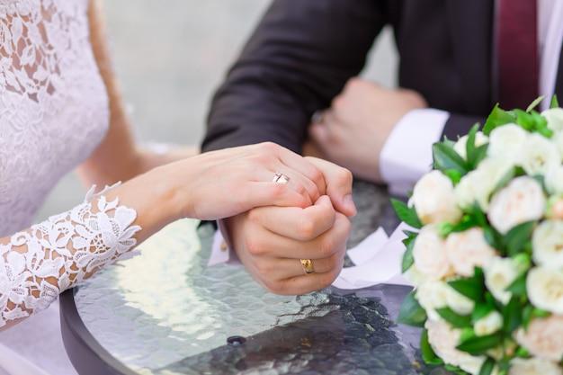 Close-up, de, mãos casamento, com, anéis Foto Premium