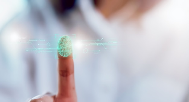 Close-up de mãos digitalização de impressão digital na tela para desbloquear a luz, segurança na tecnologia de identidade. Foto Premium