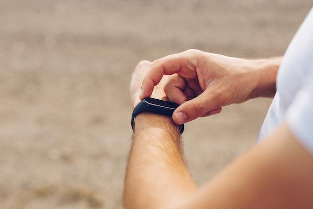 Close-up de mãos tocando e configurando smartwatch Foto Premium