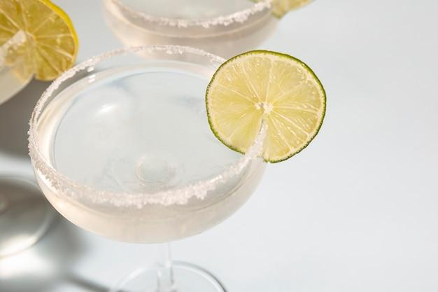 Close-up de margarita em vidro com limão na mesa branca Foto gratuita