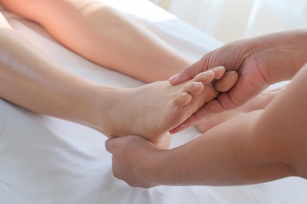 Close-up de massagem nos pés no salão spa Foto Premium