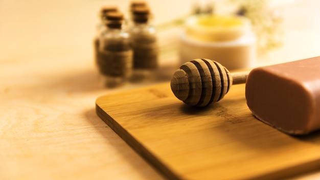 Close-up, de, mel, dipper, e, herbário, sabonetes, ligado, tábua madeira Foto gratuita
