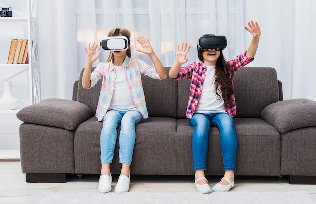 Close-up, de, meninas, sentar sofá, tocar, ar, durante, a, vr, experiência Foto gratuita