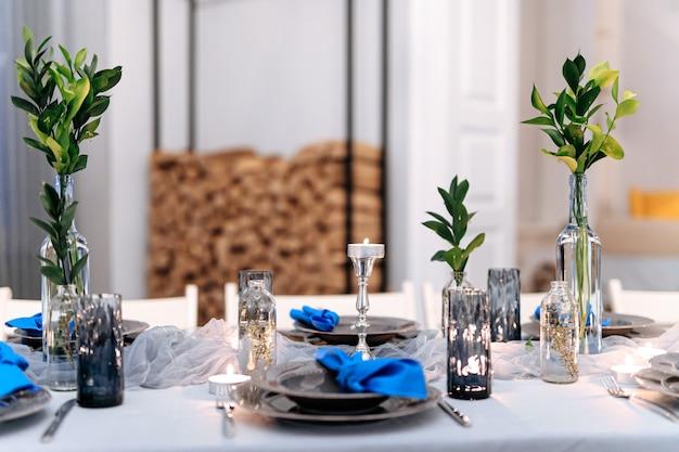 Close-up de mesa festiva decorada com velas e folhas Foto Premium
