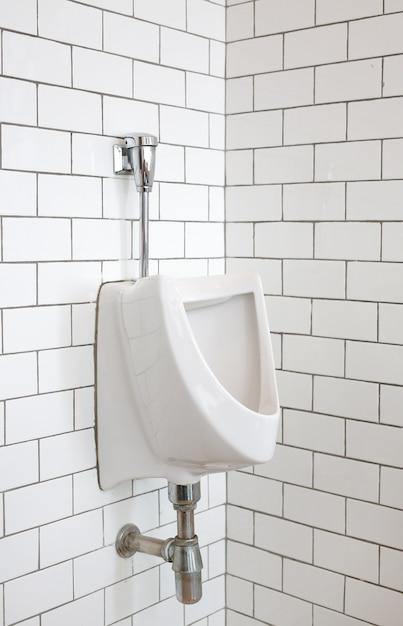 Close-up de mictório para homens em banheiro público. Foto Premium