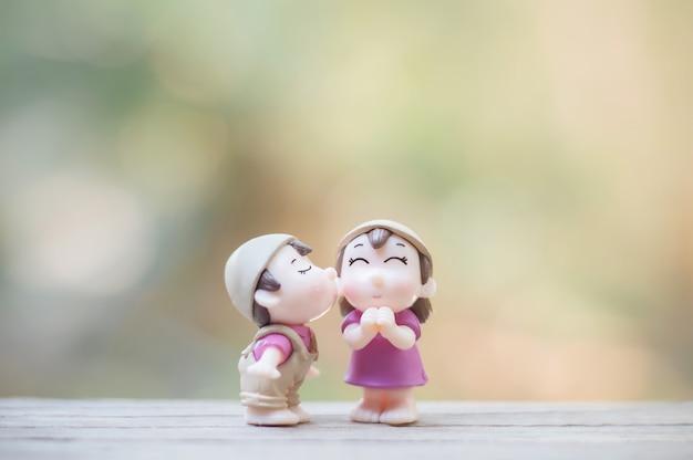 Close-up de mini bonecos de casal em beijo romântico Foto Premium